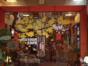 Vẽ tranh kính trang trí tết hoa đào hoa mai công ty văn phòng khách sạn