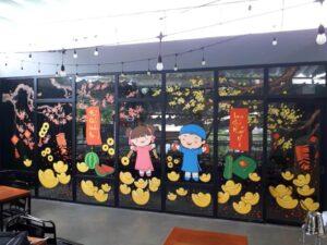 Vẽ tranh kính trang trí tết hoa đào hoa mai nhà hàng