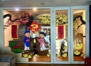Vẽ tranh kính trang trí tết hoa đào hoa mai khách sạn