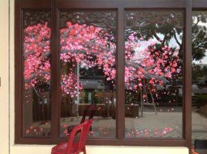 Vẽ tranh kính trang trí tết hoa đào nhà riêng biệt thự