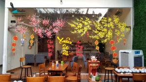 Vẽ tranh kính trang trí tết hoa đào hoa mai quán cafe