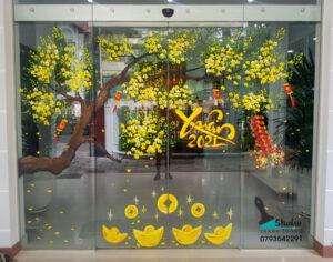 Vẽ tranh kính trang trí tết hoa đào hoa mai công ty